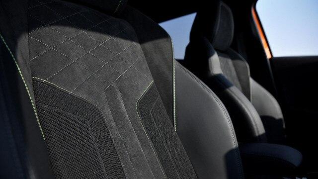 Nuevo SUV PEUGEOT 2008: asientos de piel y Alcantara® con  forma dinámica