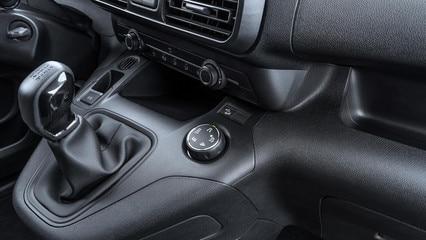 Nuevo PEUGEOT PARTNER:  Advanced Grip Control es la combinación de Grip Control (control de tracción optimizado con 5 modos de adhesión) y Hill Assist Descent Control (nueva característica para un mejor control del vehíc