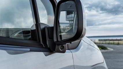 Nuevo PEUGEOT PARTNER: Surround Vision trasero con su cámara lateral debajo del espejo del pasajero para reducir el punto ciego en el lado del pasajero